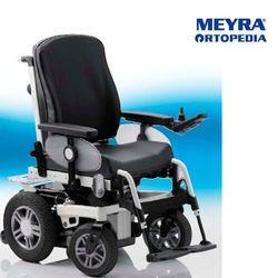 כסא גלגלים ממונע ומתרומם